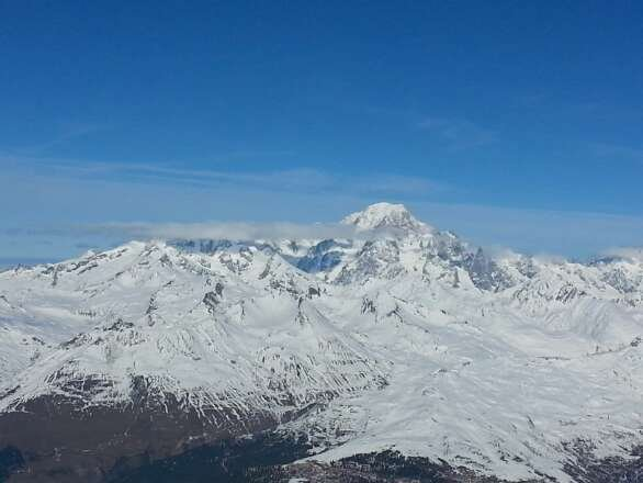 belle journée ensoleillée, jolie vue sur le mont blanc. neige encore fraîche et encore qq coins de poudre (sans sous couche)