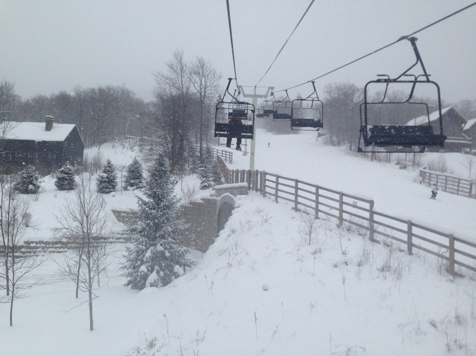 only 12noon on Thursday and 6 inches of fresh dry powder already on the ground and it is dumping