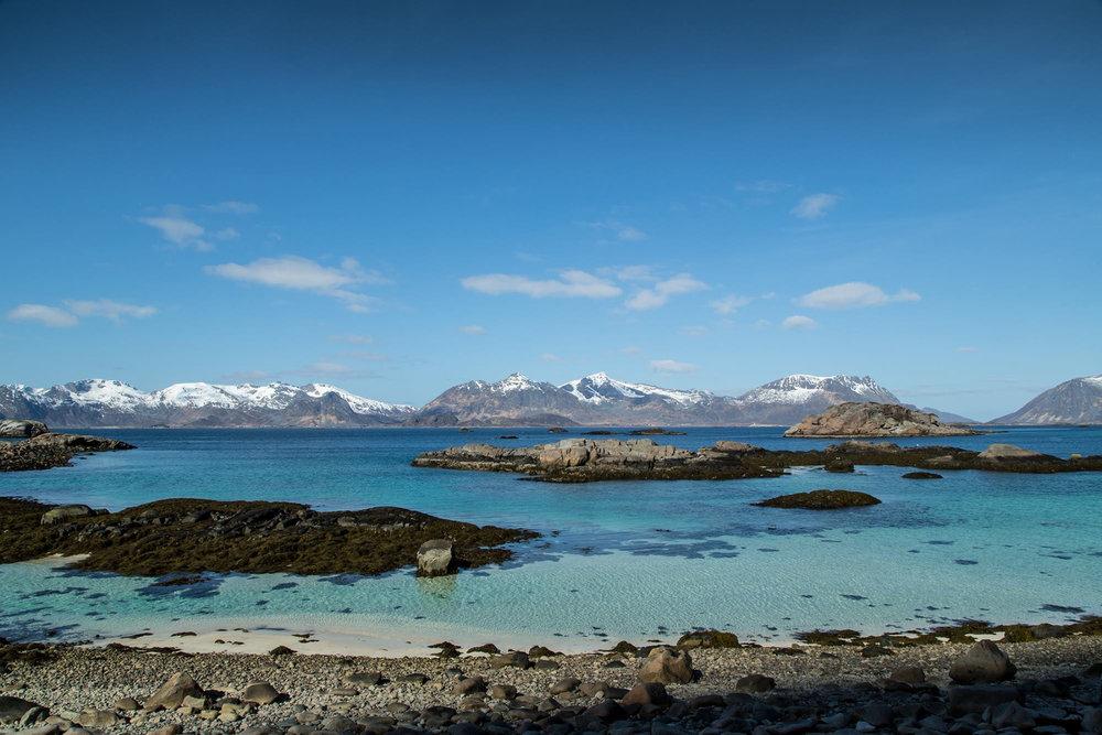 Karibik-Atmo mit schroffen Bergen - und das 200 km oberhalb des Polarkreises. How bizarre. - ©WhiteHearts