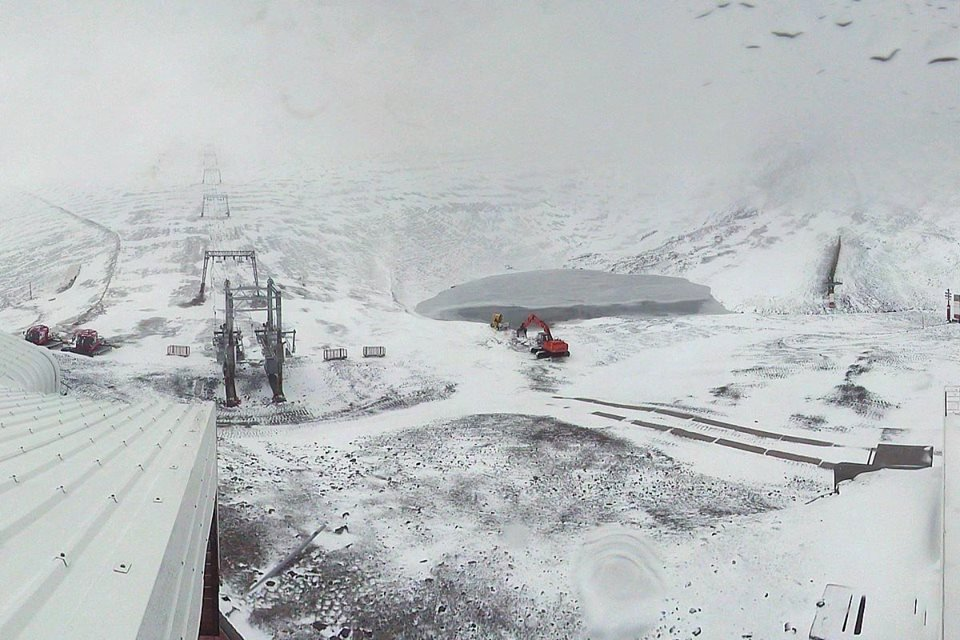 Fresh snow on Les 2 Alpes glacier (3,200m) Oct. 11, 2014 - ©Les 2 Alpes