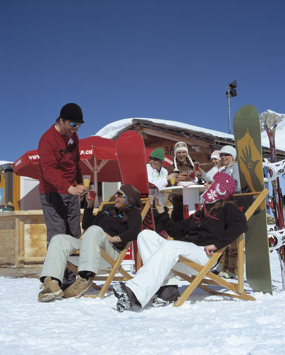 Snowboarders enjoying some apreski in Adelboden.