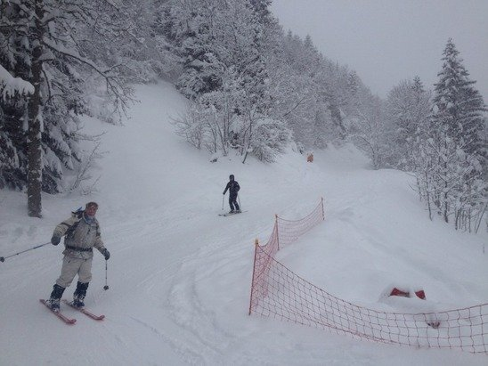 30 cm powder fresh, snowing heavily, very poor vis above Le Signal, top of mountain closed, avi risk reached 4 in the afternoon.