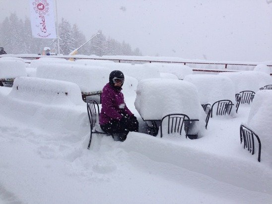 Alfresco lunches on the piste today where somewhat challenging. Crazy amounts of snow and great fun.
