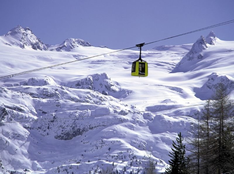 Cable car taking skiers up the mountain in La Thuile