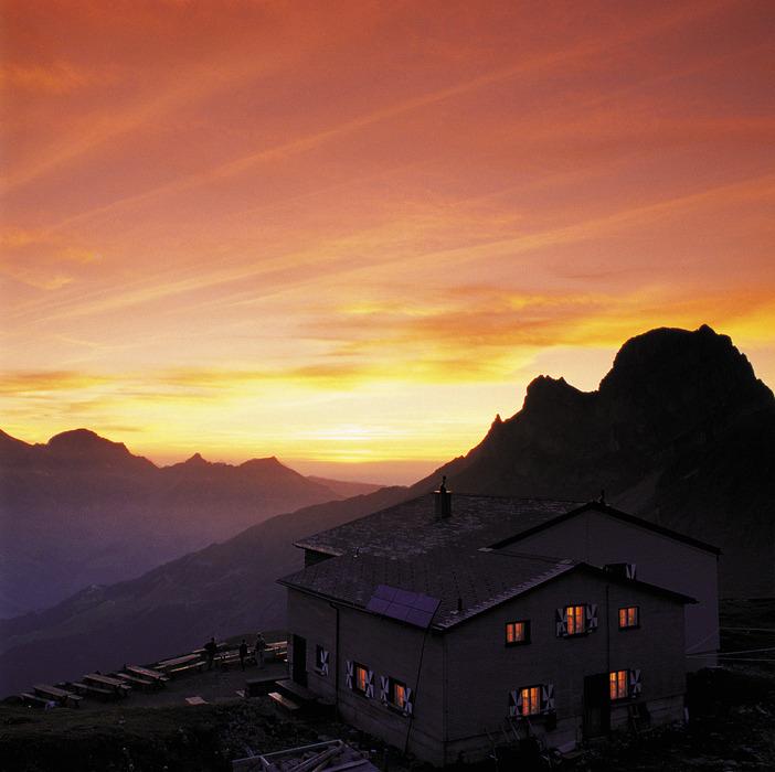 ENGELBERG - Wir versprechen Ihnen keine 365 Tage Sonne, aber viele Ferientage voller Abwechslung. In Engelberg koennen Sie hoch hinaus auf rund 3000 m Hoehe und tief hinunter in eine wundersame Hoehlenwelt. Wer es extremer will, steigt mit dem Gleitschirm noch hoeher oder faellt beim Bungy Jumping g