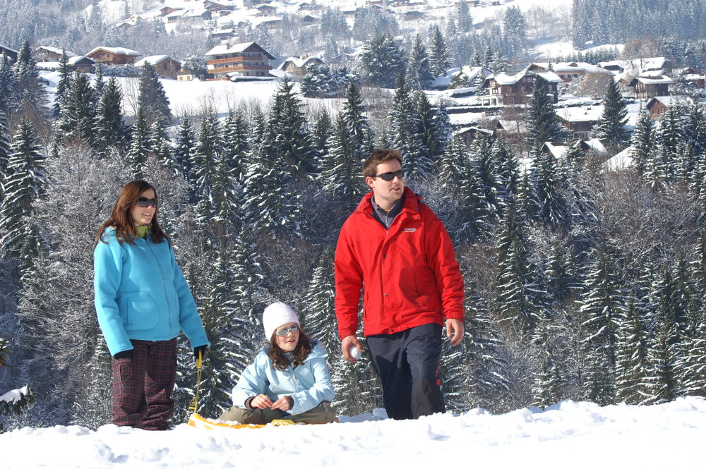 Family in snow, Chantal Bourreau/La Marmotte Bleue