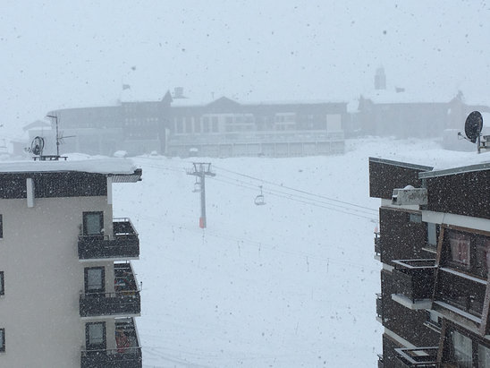 Tignes - A dusting of snow during the night. Snowing fairly heavily as of 9am. Visibility poor :-( - ©SnollyP13