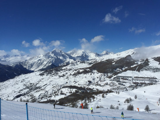Sestrière - Snowy morning and sunny afternoon -Wonderful conditions, but crowded and the connection to Sauze d'Oulx was closed due to wind  - ©neve