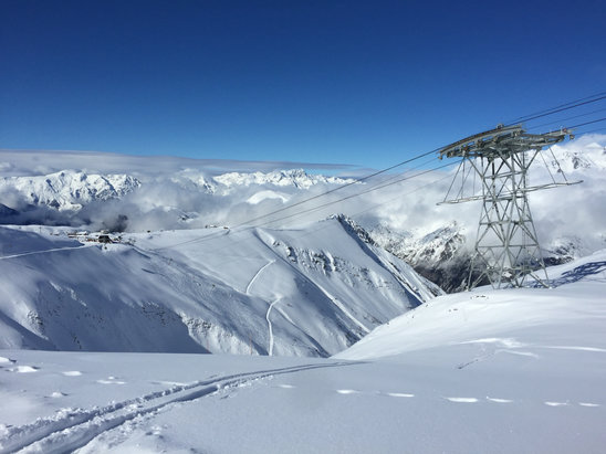 Les 2 Alpes - Snow cleared yesterday leaving perfect conditions. Beautiful ski area - ©Wasim