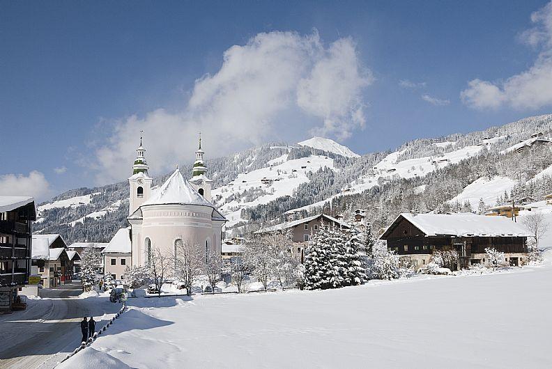 Wilder Kaiser_Dorfzentrum-von-Brixen-im-Thale_Fotograf-Kurt-Tropper-Archiv-Kitzbueheler-Alpen