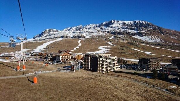 Alpe d'Huez - Toujours pas de neige à l'horizon mais les pistes ouvertes sont très bien préparées. Certaines pistes (notamment vers Vaujany) commencent à sérieusement s'abîmer avec pas mal de pierres. mais les pistes ouvertes autour de l'alpe sont très bonnes. Sarenne est ouverte et bien enneigée. Le soleil est bien présent lui ! - ©Jeanphi