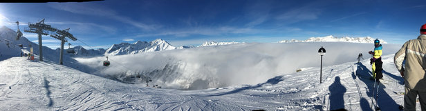 St. Anton am Arlberg - Clouds/fog in mid mtn reduce visibility to near zero. Try to get above the clouds. Below clouds has poor visibility too unfortunately. Decent base - ©DJ 6s 2.5