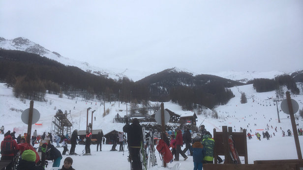 Les Orres - Beaucoup de pistes commencent à se découvrir sur le bas de la station à cause du manque de neige. Courage pour les vacanciers de la semaine prochaine. - ©Arnaud