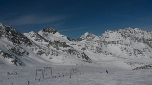 Stubaier Gletscher - beste Pistenverrhältnisse auf dem Gletscher. Die kommenden Tage sollte noch mal Neuschnee die guten Bedingungen verbessern Talabfahrten