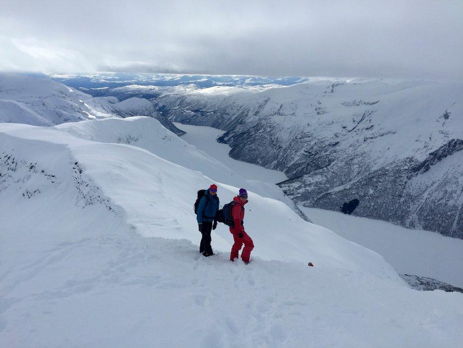 Her er vi på vei ned fra toppen av Hest (1632 moh). Vi tok av oss skiene det siste stykket. - ©Christine Amdam