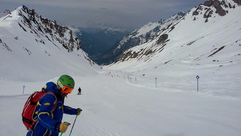Niebieska trasa 100 z Ulmer Hütte (2288m) do Alpe Rauz to jedyny dojazd do nowych gondoli, które połączyły St. Anton z sąsiednim ośrodkiem Lech/Zuers. - ©Tomasz Wojciechowski / Skiinfo