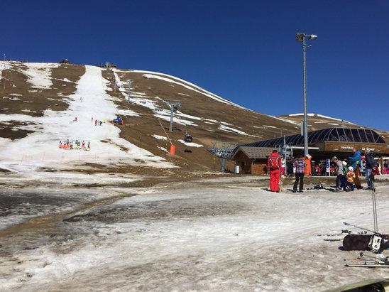 Alpe d'Huez - Presque plus de neige sur la station et neige glacée le matin qui se transforme vers 9/10h en soupe en altitude... skiable de 9h à 13h maxi - ©juju44