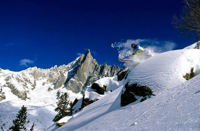 Freeriding in Chamonix: Powder runs that go on for miles and miles - ©Chamonix Tourism