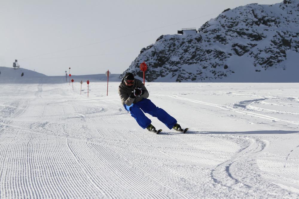 Sportliches Carven mit hüftbreiter Skistellung - ©Skiinfo.de