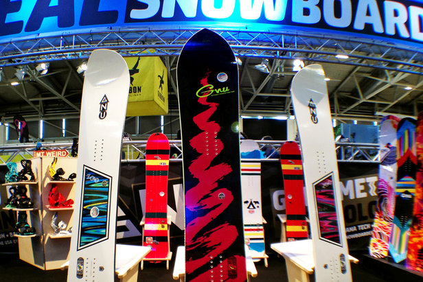 Am Stand von GNU Snowboards - ©Stefan Drexl