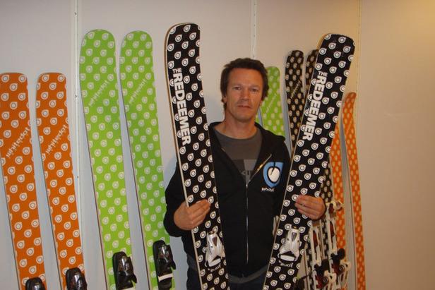 Fred Syversen viser ski fra Whitedot