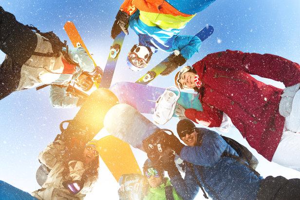 Skifahren macht Spaß! Deswegen lohnt es sich dran zu bleiben und immer weiter zu üben – und nach dem ersten Urlaub direkt nachzulegen und möglichst bald wieder auf die Bretter zu steigen. Das vertieft das Wissen und die erlernten Fähigkeiten. - ©Fotolia.de ©cppzone (#124685645)