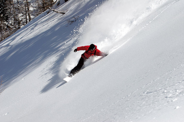 Snowboarder carving up the powder in Cervinia - Breuil - ©Cervinia - Breuil