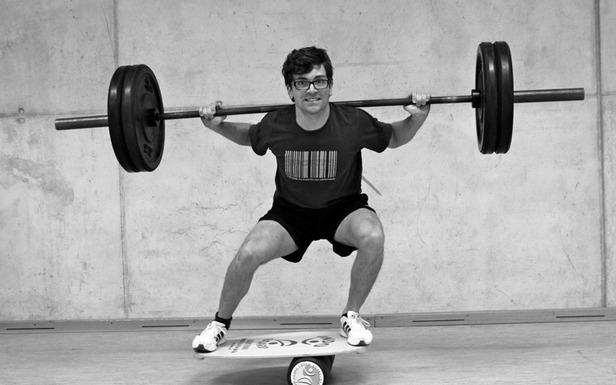 Hantel-Kniebeuge: Balance halten und Knie beugen - ©Dr. Core