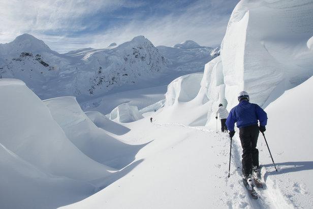 Mnohametrové masy snehu na ľadovci Tasman Glacier na Novom Zélande - ©Ski the Tasman
