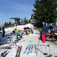 V Harrachově se stále lyžuje! Máme ceník velikonočních skipasů - ©SA Harrachov