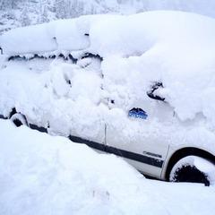 Onder de sneeuw bedolven auto