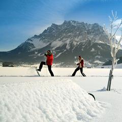 Vor der Kulisse der Zugspitze genießen Winterurlauber in der Tiroler Zugspitz Arena die Stille der unberührten Natur - ©Tiroler Zugspitz Arena
