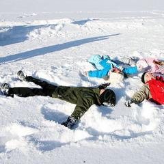 Kinder machen einen Schneeengel im Schnee - ©Skiregion Ramsau am Dachstein