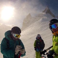 Etter areten er det på tide å få på seg skiene. På breen Valle Blance kjører vi med klatresele samt utstyr å kunne redde oss selv hvis vi faller i en bresprekk. Andreas Wigen, Tone Jersin Ansnes og undertegnede. - ©Espen Fadnes
