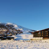 """Myrkdalen - Voss Fjellandsby er en av Norges mest nedsnødde skianlegg. Anlegget, som ligger litt utenfor Voss, har de siste årene blitt bygget opp til en fullverdig """"resort"""" i norsk sammenheng - nå også med nytt ski-in ski-out hotell."""