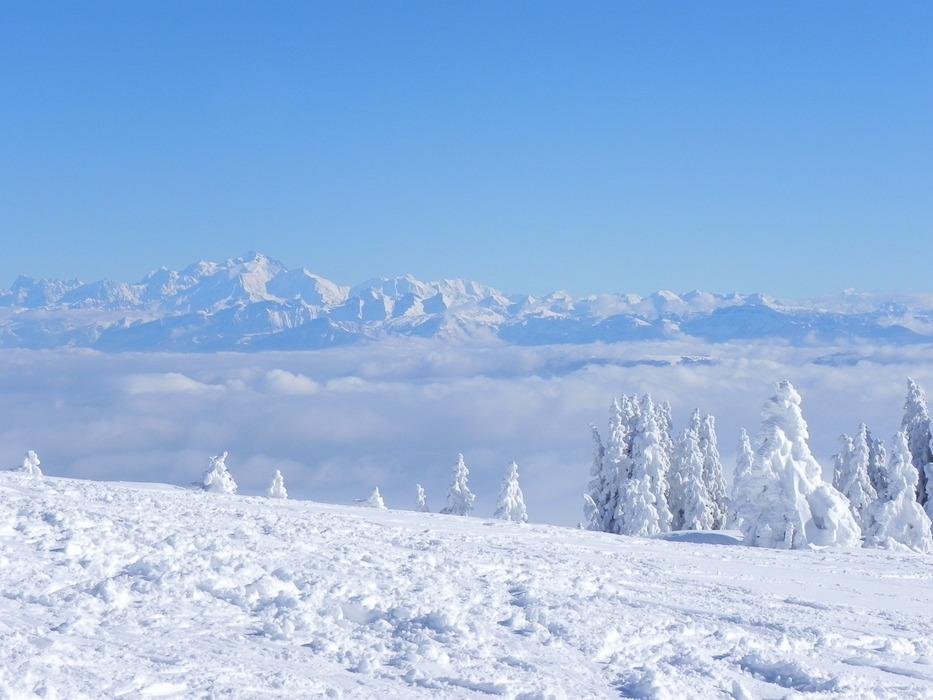 Vue sur la chaine des Alpes depuis les pistes de ski de Monts Jura - © Monts Jura