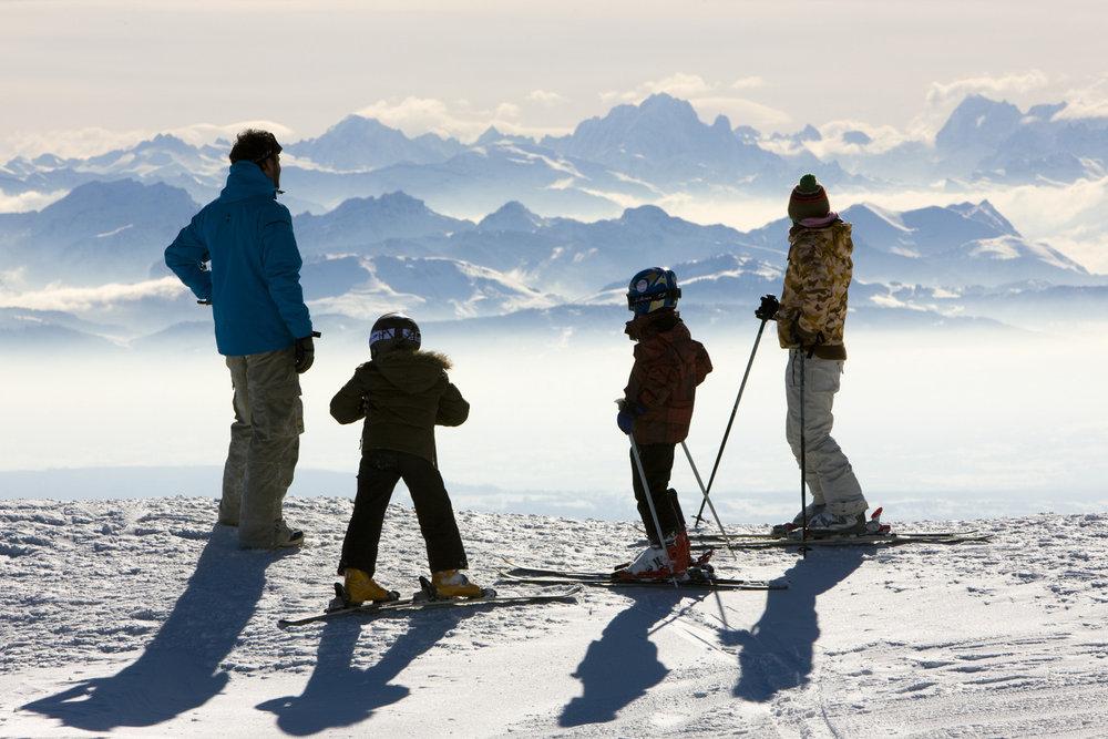 Ski en famille sur le domaine skiable des Rousses - © Station des Rousses / S. Godin
