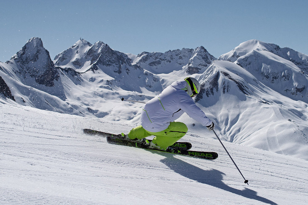 Tailler de belles trajectoires, alterner entre virages courts et larges courbes bien appuyées... tout le plaisir que procure un bon ski de piste - © Head