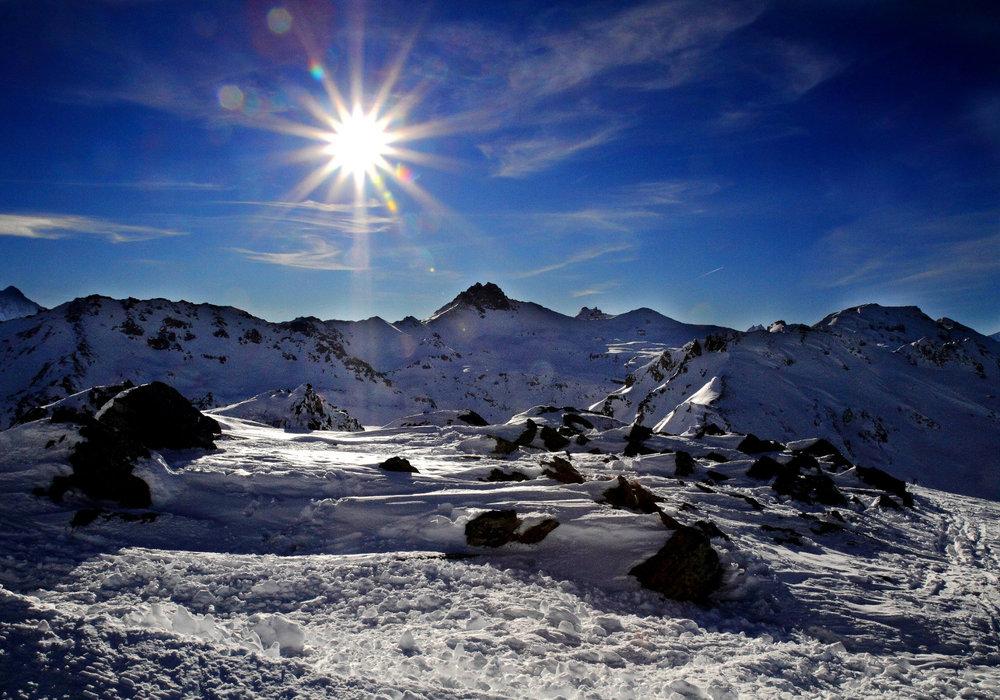 Vue sur les sommets enneigés depuis le domaine skiable de Nax/Mont-Noble - © Mont-Noble Tourisme