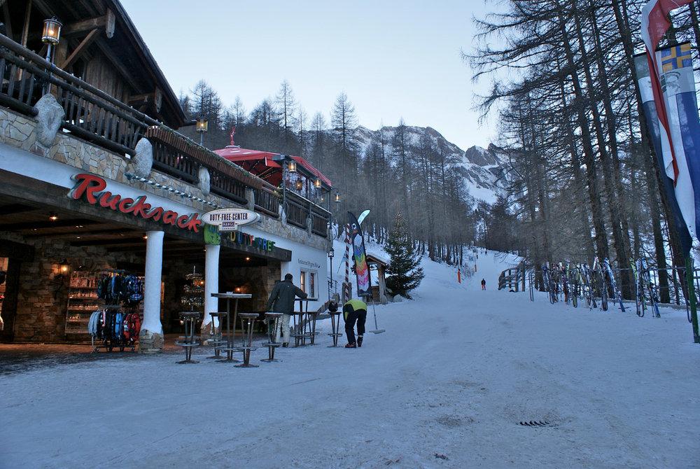 Auch in Samnaun gibt es, im Tal angekommen, viele Möglichkeiten um im Skiurlaub zu feiern. Außerdem kann man auch günstig einkaufen, denn Samnaun ist zollfreies Gebiet. - © Gernot Schweigkofler