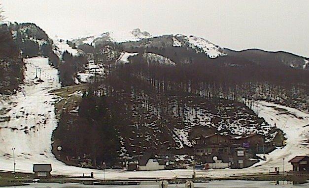 La neve si sta sciogliendo, piste piene d'erba, se non nevica a breve la vedo male......