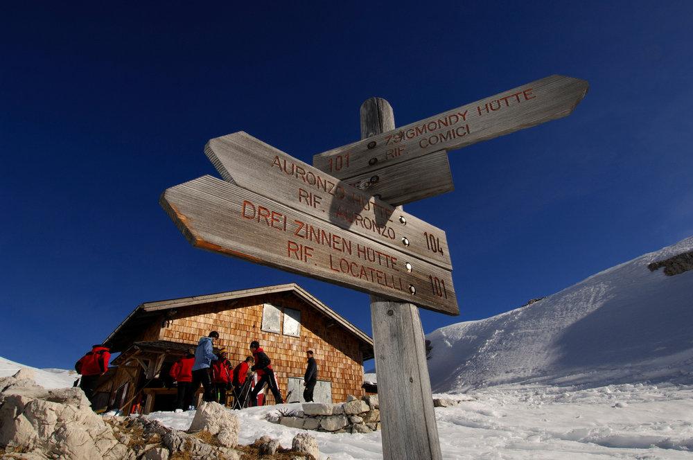 Skibergsteiger vor der Büllelejoch-Hütte - © Norbert Eisele-Hein