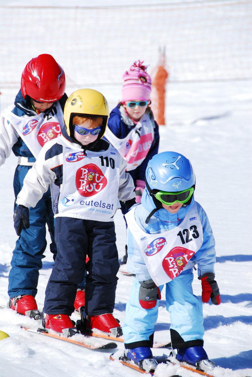 Premières glissades, premiers virages, premiers dérapages... les étoiles attestent et accompagnent petits et grands dans leur progression en ski - © Eric Beallet