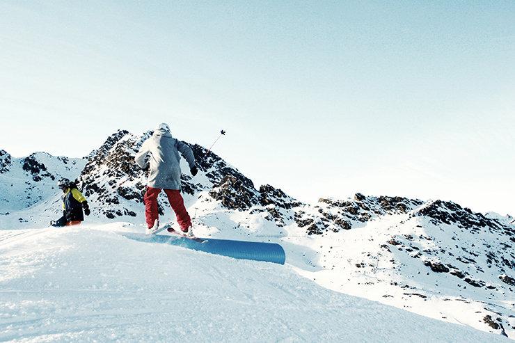 Snowpark Kaunertal: Industry-Pipe (Pipeslide) - © Stefan Drexl