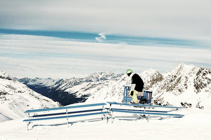 Snowpark Kaunertal: Zwei Pic-Nic Tables zum Verspeisen ob mit Snowboard oder Freeski - © Stefan Drexl