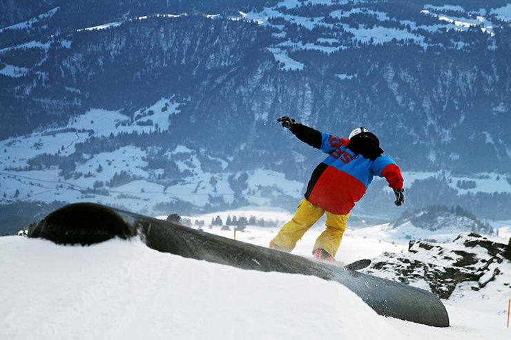Snowpark Laax - Frontside cez Industrial Pipe - © Stefan Drexl