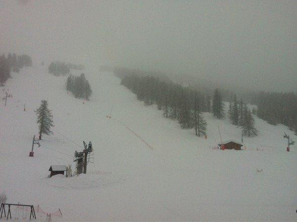 4cm sont déjà tombé et il neige toujours d'une neige fine mais nombreuse!