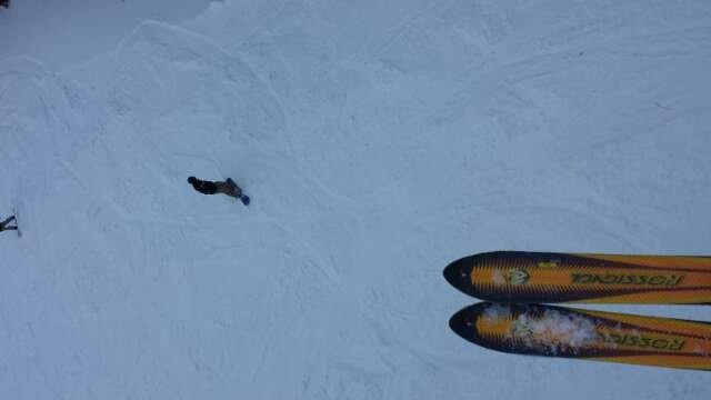 Mattinata nebbiosa ma si sciava discretamente. Pomeriggio favolosamente soleggiato ma la neve diventa troppo farinosa e nei punti non battuti è pericoloso.