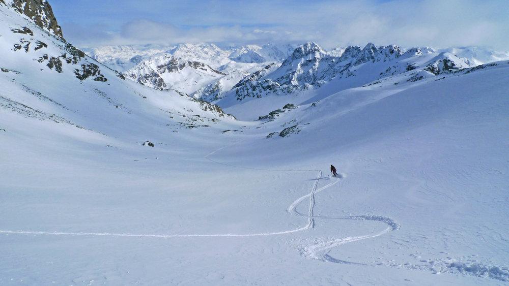 Abfahrt im Tiefschnee - ein Höhepunkt der Piz Platta Skitour - © SkitourGuru.com
