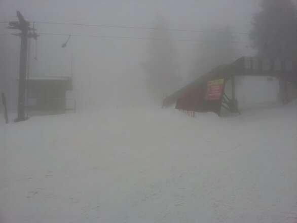 trotz des wahnsinns nebel, skifahren gut möglich.in richtung tal wird der schnee sehr nass. aber auf grund der extremen witterungsverhältnisse hat das pistenpersonal alles bestens gelöst.